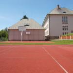 Školní hřiště, pohled na tělocvičnu a budovu II. st.